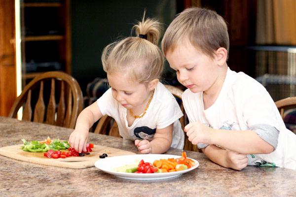Preschoolers enjoying snack